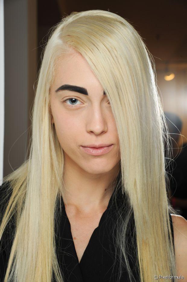 Caso você queira escurecer o cabelo e, por isso, quer deixar o tom da sobrancelha mais parecido, a cabeleireira indica procurar um profissional para fazer a micropigmentação ou a técnica com henna