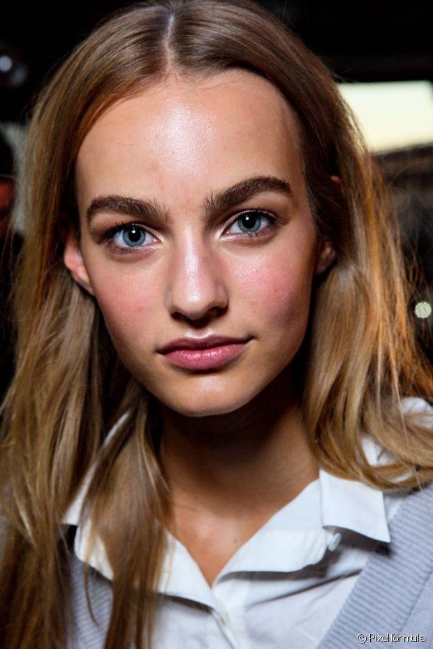 'A coloração de cabelo tem amônia na composição. E, além de não ter sido feita para aplicar na pele, a pessoa também corre o risco de respingar nos olhos, o que pode causar uma tremenda alergia, portanto, não é uma boa ideia', explicou a cabeleireira Andreia Gomes