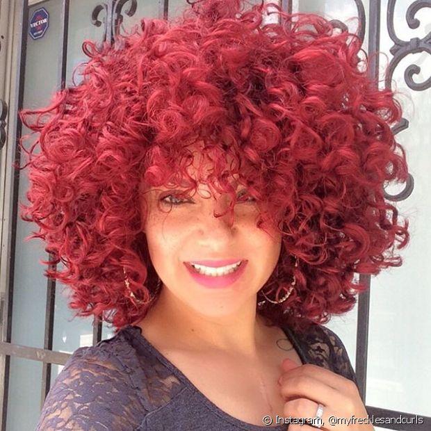 O bob hair cacheado com cabelos vermelhos chama bastante atenção