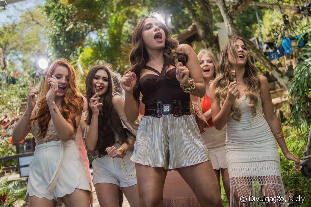 Anitta chega na Casa de Verão para gravar clipe com nossas influenciadoras digitais