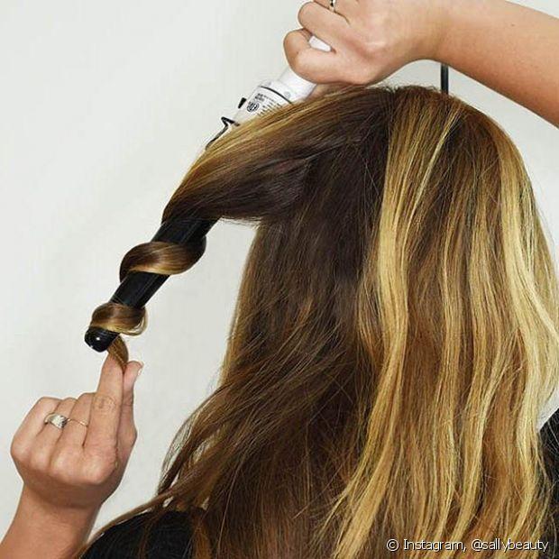 O babyliss é a ferramenta para cachear cabelos lisos! Quanto menor a espessura da ferramenta, mais definidos os cachos