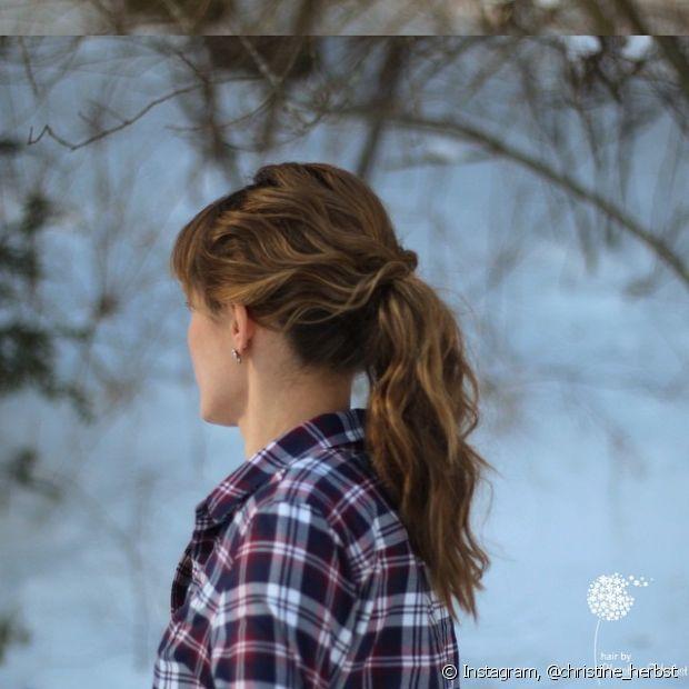 Os cabelos ondulados ficam lindos com esse penteado, pois o volume dá um efeito de bagunçadinho maior