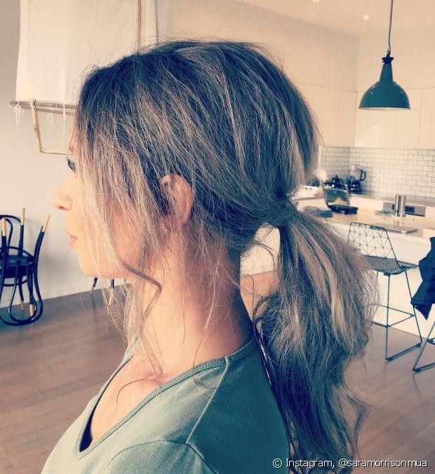 Depois de prender o cabelo, puxe alguns fios e finalize com um spray fixador