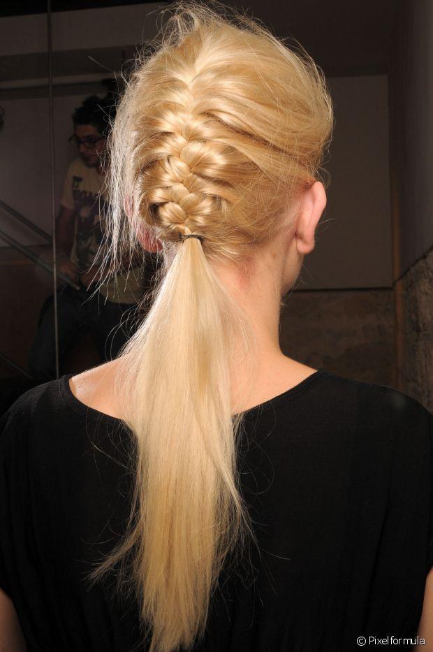 A trança embutida é sempre uma opção estilosa para prender os cabelos antes de malhar