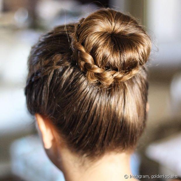 Você também pode criar um coque depois de trançar os cabelos e envolver o elástico com o cabelo