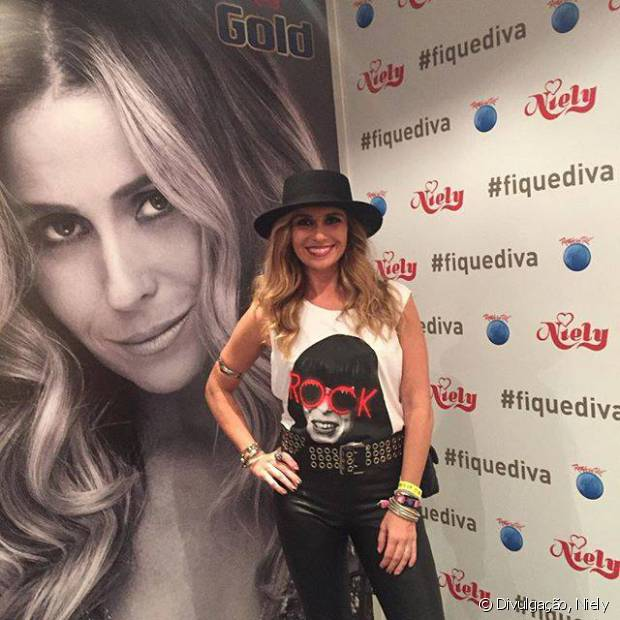 No Rock in Rio 2015, Giovanna Antonelli compareceu ao stand Fique Diva com visual superdescolado