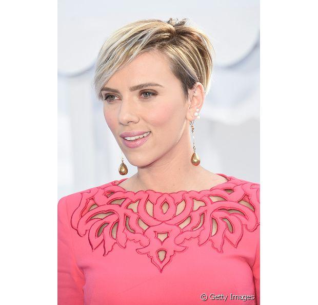 Você pode completar seu corte pixie hair com um franja lateral. A musa Scarlett Johansson é fã do modelo!