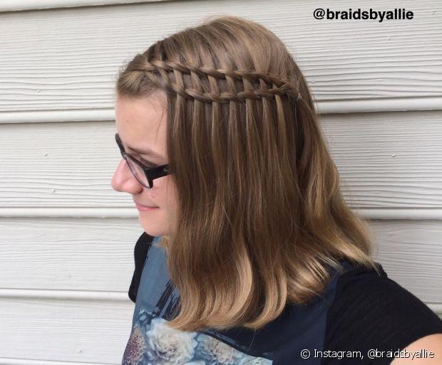Para fazê-la, você vai começar como se estivesse fazendo o modelo embutido, depois soltar a mecha e pegando mais cabelo e trançando