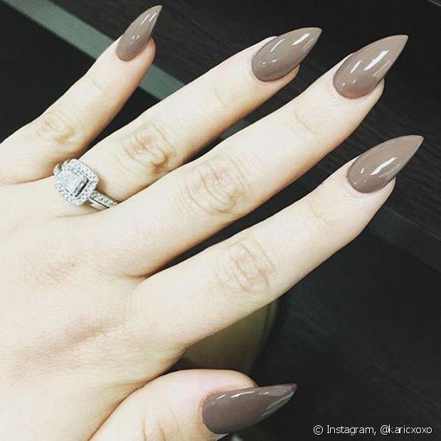 Uma dica legal é contrastar a cor com o tom da sua pele, para as unhas ficarem mais evidentes