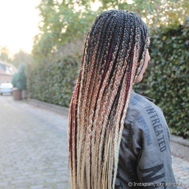 A técnica e as tranças são as mesmas usadas nas box braids com ombré hair, o que altera é como a cor é distribuída no resultado final do processo