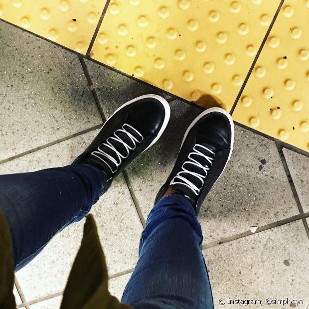 Quando ficamos muito tempo sentadas, os pés tendem a inchar e ninguém merece chegar ao destino sem conseguir andar direito, não é verdade? Então, procure usar tênis ou outros sapatos confortáveis