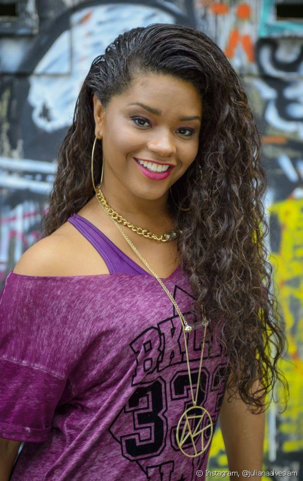 Juliana Alves estava no ar como a periguete Valeska, na novela 'Babilônia'. Na trama, a atriz tinha os cabelos volumosos, mas os cachos não eram tão definidos