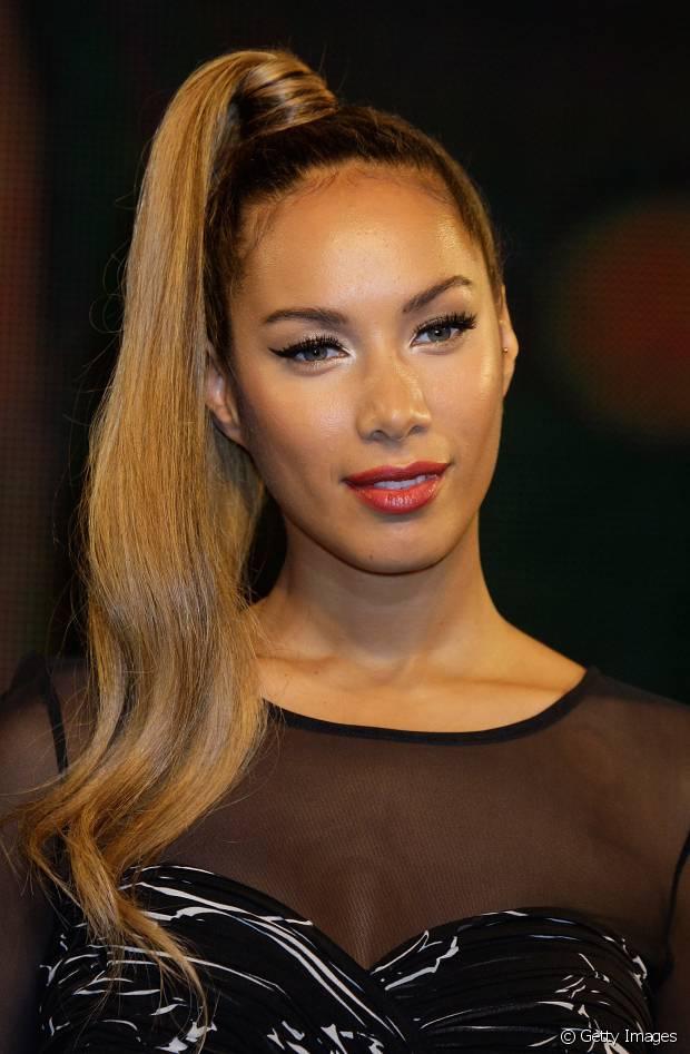 Leona Lewis usou o próprio cabelo para prender o rabo de cavalo lateral
