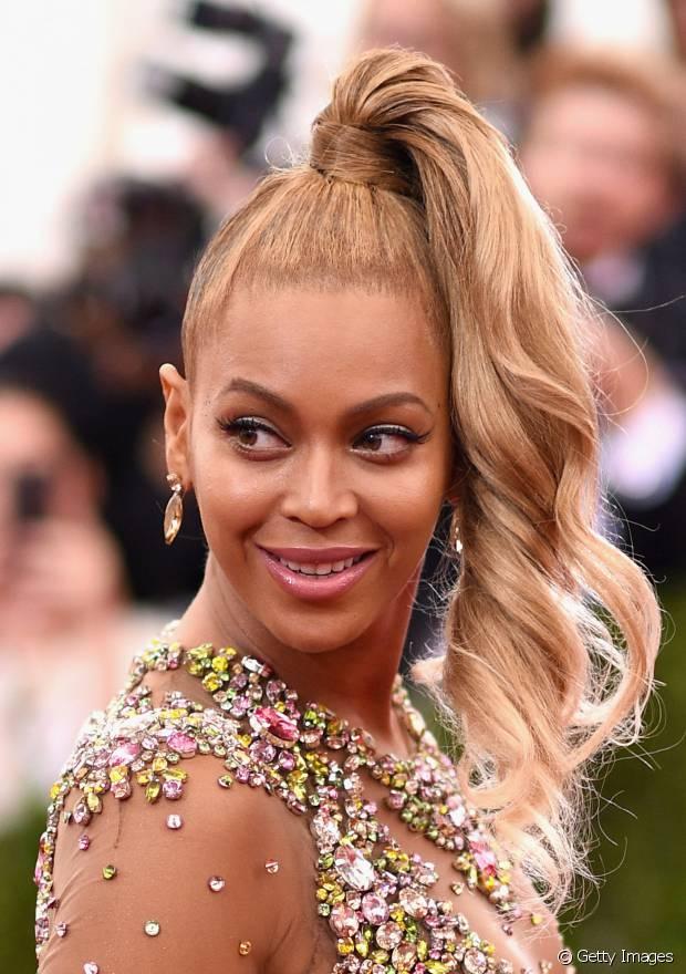 No baile de gala do MET 2015, Beyoncé chamou a atenção com seu rabo de cavalo alto lateral no tapete vermelho