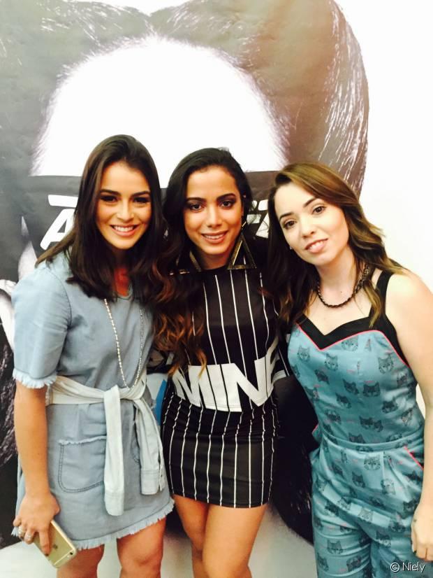 As blogueiras Mariana Saad e Janaína Carvalho, do Time de Divas da Niely, também prestigiaram o lançamento exclusivo do clipe da Anitta