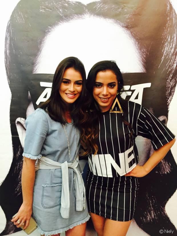 A blogueira Mariana Saad posa com Anitta no lançamento do clipe da música 'Bang'