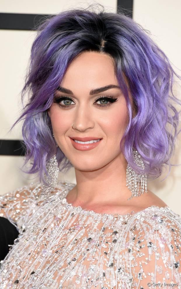 Katy Perry exibiu o corte long bob com os fios roxos