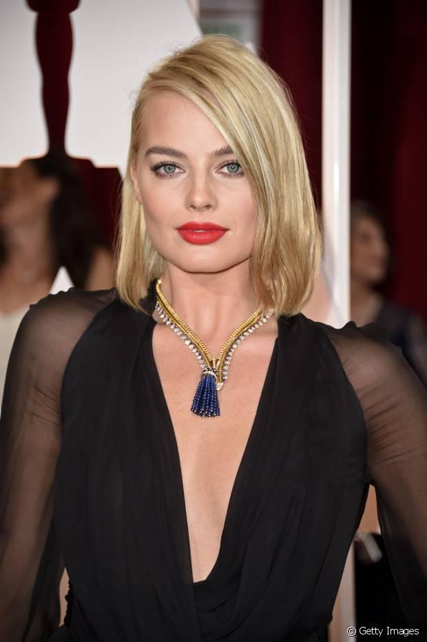 Margot Robbie gosta de usar seu long bob jogado para o lado com os fios polidos