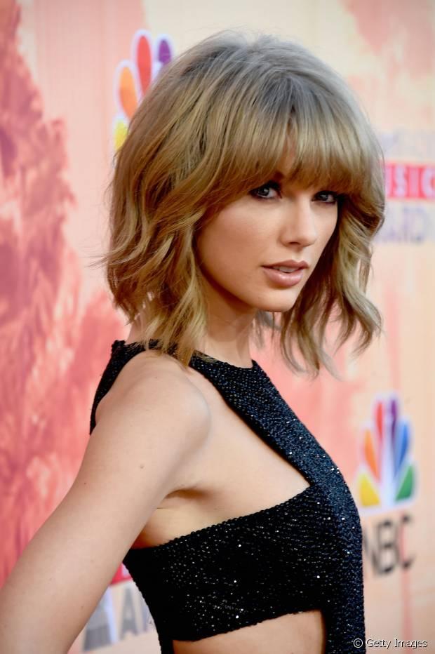 Taylor Swift cortou um long bob com franjinha