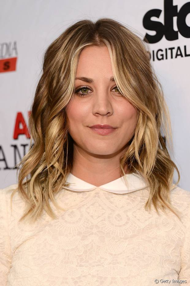 Kaley Cuoco, de 'The Big Bang Theory', usou o long bob com a finalização de ondas com pontas retas