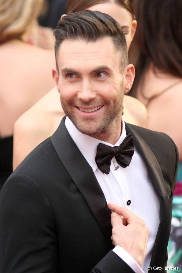 O cantor Adam Levine investiu no estilo bom moço e penteou o topete para o lado