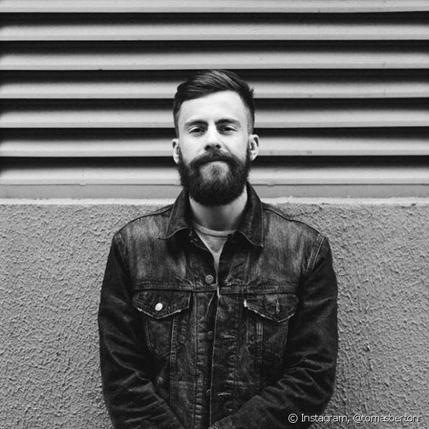 O músico Tomas Bertoni, da banda Scalene, aposta no visual lenhador com corte undercut e barba grande