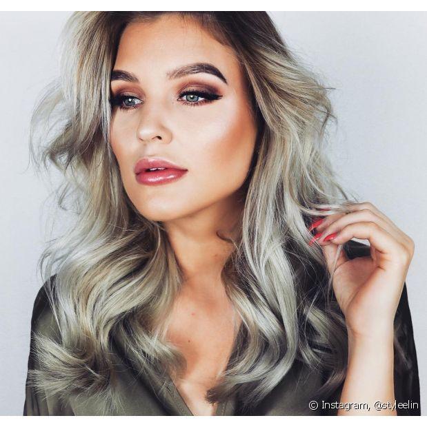 O cabelo louro claro acinzentado pode aparecer em diferentes versões (Foto: Instagram @styleelin)