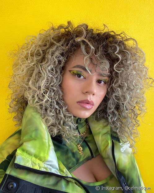 A raiz esfumada é uma das técnicas que naturalizam o visual com cabelo loiro claro acinzentado (Foto: Instagram @celmatique)