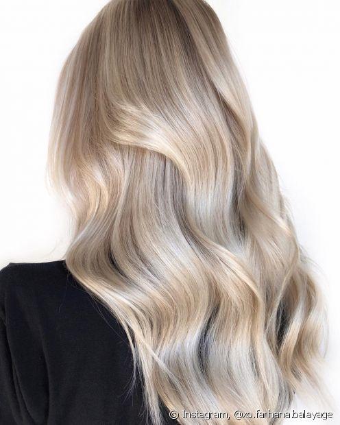 Dependendo da sua cor natural, para alcançar o loiro claro acinzentado a descoloração vai ser necessária (Foto: Instagram @xo.farhana.balayage)