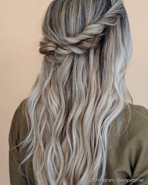 As luzes no cabelo loiro cinza ajudam a evidenciar os penteados (Foto: Instagram @ashpettyhair)