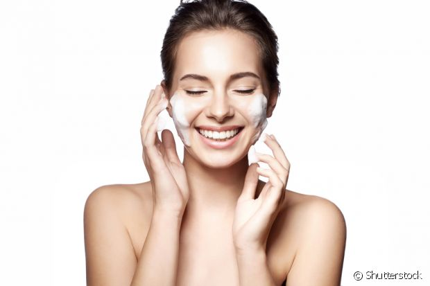 O leite tem a função de amolecer os cravos, por isso eles saem com tanta facilidade na hora da remoção da máscara