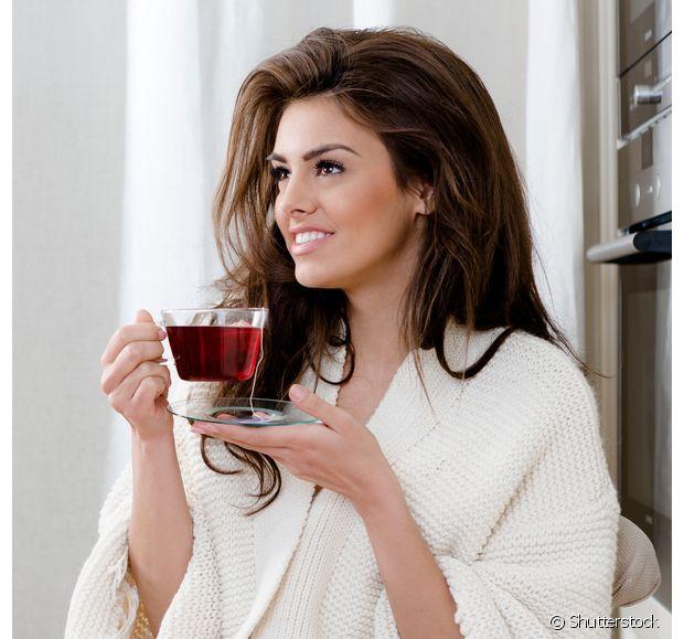 O chá de hibisco é um velho conhecido de quem gosta de manter uma rotina saudável