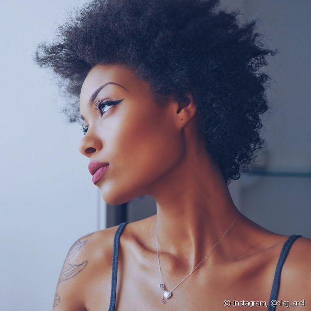 Se for lavar o cabelo cacheado ou crespo no dia do encontro, faça isso com antecedência para não precisar sair com os fios molhados