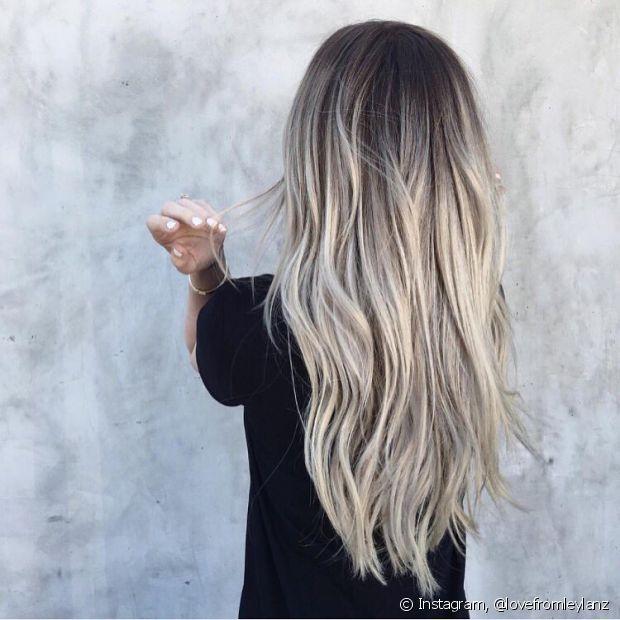 Durante a descoloração, seu cabelo vai perder muita massa capilar. Faça uma reconstrução com queratina líquida para reparar os danos
