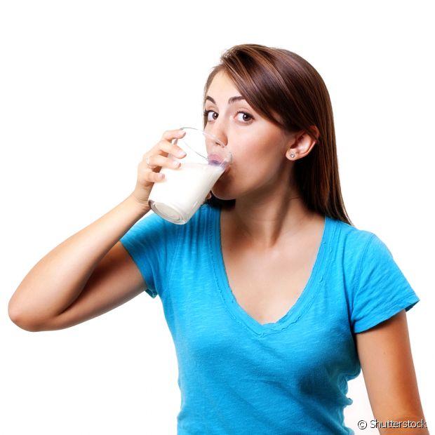Beber leite morno antes de dormir ajuda seu corpo a relaxar