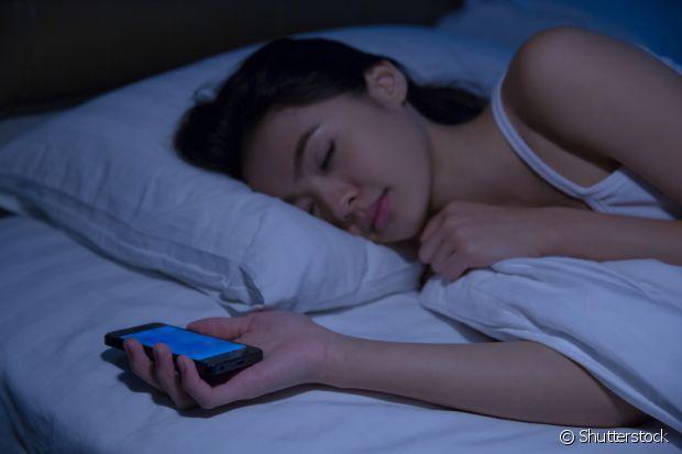 Deixe seu quarto bem escuro na hora de dormir e evite pegar no sono com o celular por perto