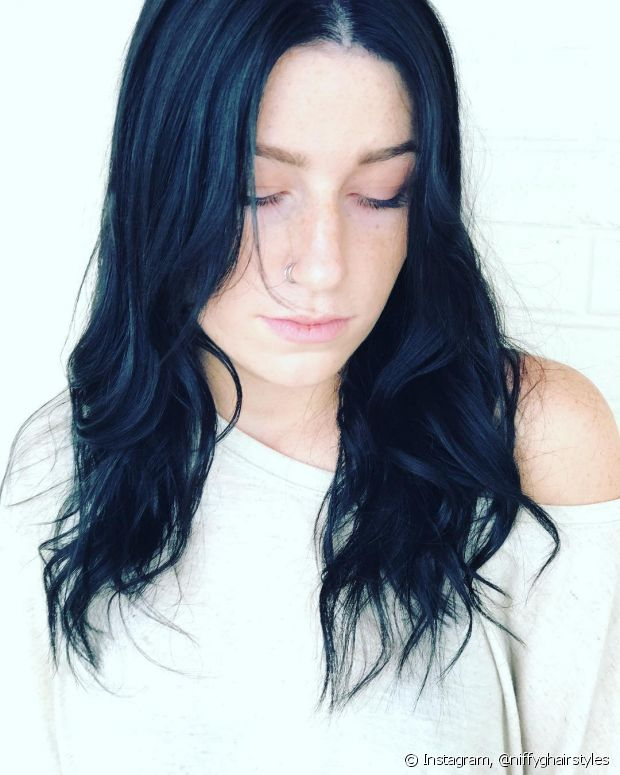 O preto azulado fica lindo em pessoas de pele branca