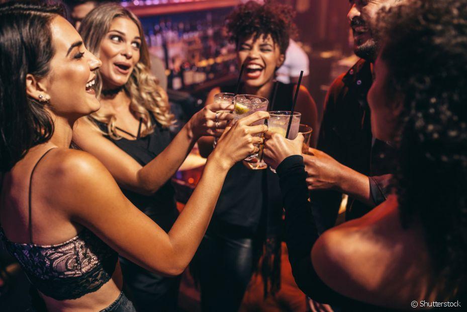 Comece o happy hour na sexta à noite. Mas pegue leve nos drinks, ninguém merece ressaca no dia seguinte
