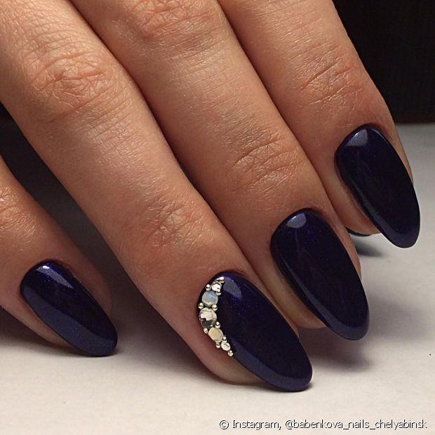 Gosta de esmalte preto? Troque pelo azul petróleo para um efeito um pouco mais suave