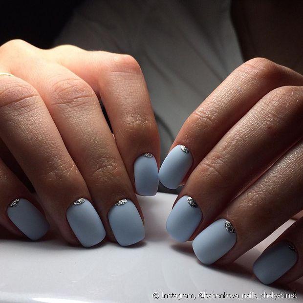 O esmalte azul tem várias tonalidades que você pode escolher. O tom pastel é um quase branco e fica bem aparente nas unhas