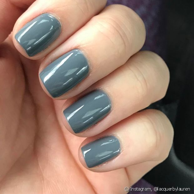 O esmalte acinzentado é o mais discreto dos azuis