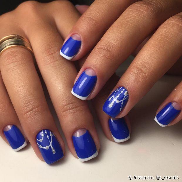 O esmalte azul royal é o tom mais puro e tende a ser mais escuro, mas ainda assim continua com uma cor viva
