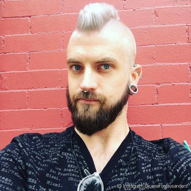 Não esqueça de cuidar dos fios após conseguir o cabelo platinado masculino (Foto: Instagram @cameronjaysanders)