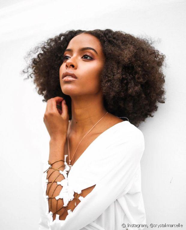 A forma como você penteia e finaliza seus cabelos crespos também interfere no crescimento dos fios, que são sensíveis e quebram com facilidade