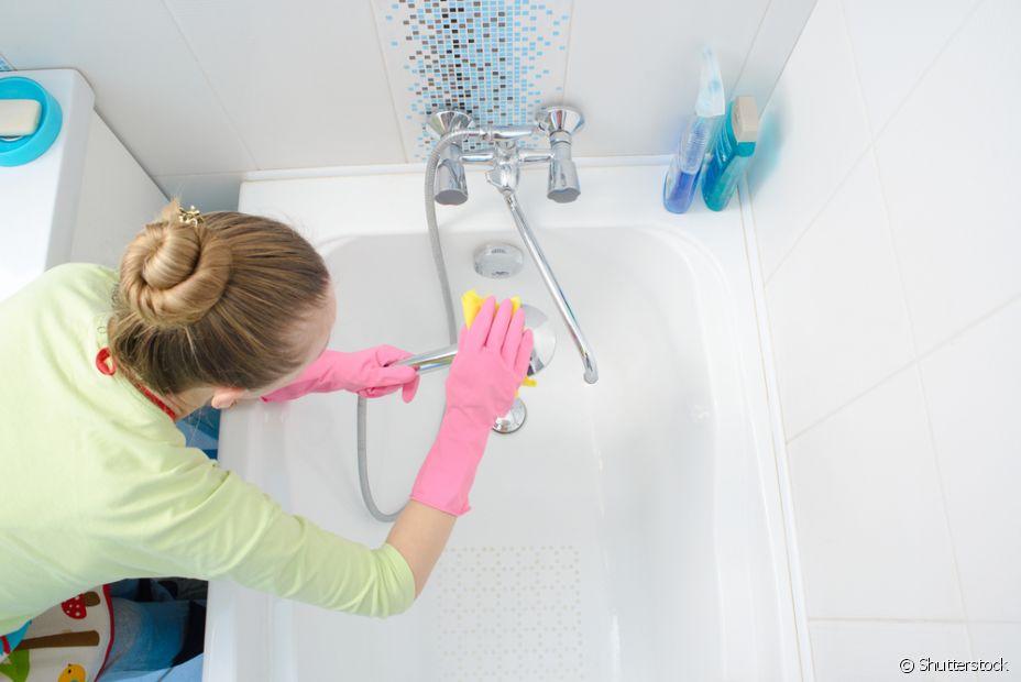 Para limpar com mais eficiencia os azulejos do seu banheiro, use bicarbonato de sódio e água quente