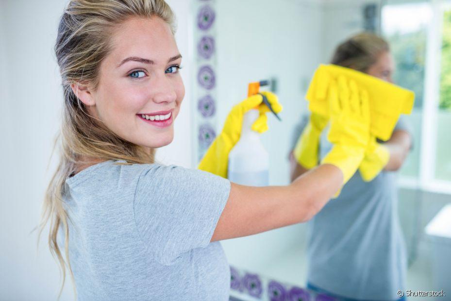 Você pode fazer o seu próprio desinfetante na hora de lavar o banheiro usando apenas vinagre e bicarbonato de sódio