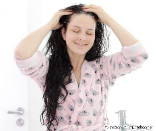 O shampoo natural é ótimo para os seus fios e pode ser feito com o que você tem em casa