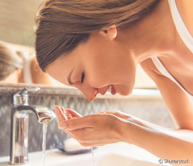 Tirar a maquiagem todos os dias ajuda a deixar os poros e a pele limpos por mais tempo