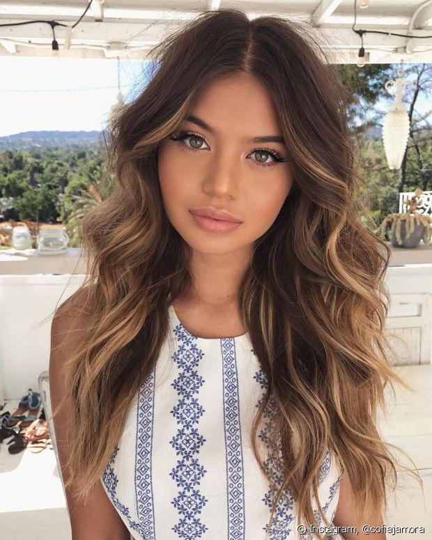 O cabelo em camadas ajuda a valorizar o visual iluminado