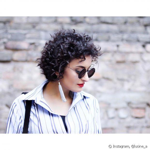 Use mousse e pomada para texturizar o cabeo de várias formas